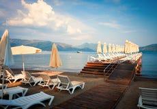 Widok wygodna plaża wzdłuż morza śródziemnomorskiego w ranku Zdjęcia Stock