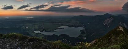Widok wysokogórscy pogórza i jeziorny kochelsee przy zmierzchem Zdjęcia Royalty Free