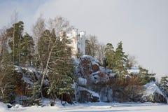 Widok wyspa nieboszczyk i Ludwigstein kaplica na chmurnym Luty dniu Monrepos park w Vyborg, Rosja Obraz Royalty Free