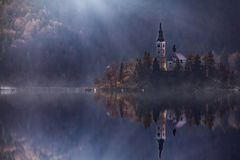 Widok wyspa z kościół katolickim w Krwawiącym jeziorze Krwawię jest jeden zadziwiające atrakcje turystyczne w Slovenia Pojęcie zi Fotografia Royalty Free
