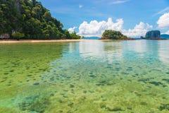 Widok wyspy od płycizien, Andaman morze, Krabi kurort Zdjęcia Stock