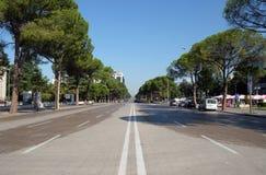 Widok wzdłuż bulwaru Bulevardi Deshmoret e Kombit w Tirana Zdjęcie Royalty Free