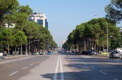 Widok wzdłuż bulwaru Bulevardi Deshmoret e Kombit w Tirana Obraz Stock