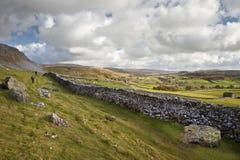 Widok wzdłuż Norber grani w kierunku Moughton blizny   obrazy stock