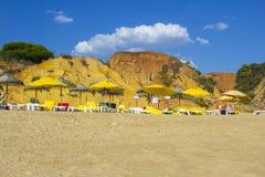 Widok wzdłuż Oura Praia plaży Albuferia z słońce piaskiem i łóżkami zdjęcie royalty free
