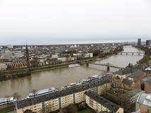Widok wzdłuż rzeki w Frankfurt główny Germany - Am - obrazy royalty free