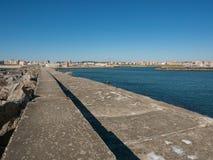 Widok wzdłuż schronienie ściany w Povoa De Varzim, Portugalia z morzem, schronieniem na dobrze i miastem w odległości zdjęcie royalty free