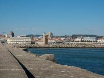 Widok wzdłuż schronienie ściany w Povoa De Varzim, Portugalia z morzem, schronieniem na dobrze i miastem w odległości fotografia stock