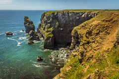 Widok wzdłuż skalistej wybrzeże linii Pembrokeshire wybrzeże, Walia Fotografia Stock
