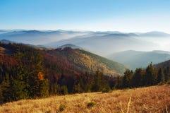 Widok wzgórza dymiący pasmo górskie zakrywający w czerwieni, pomarańcze a zdjęcie stock