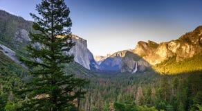 Widok Yosemite dolina od Tunelowego widoku punktu przy zmierzchem Yosemite obywatel - widok Bridal przes?ona spadki, El Capitan i zdjęcia stock
