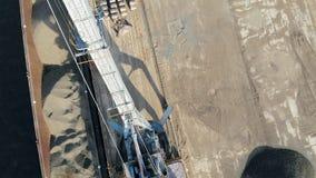 Widok z góry dwóch pojazdów przemysłowych przewożących żwir zbiory wideo