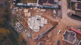 Widok z góry terenu budowy w toku pracownicy budujący nowy dom lub warsztat oraz materiały budowlane zbiory