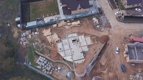 Widok z góry terenu budowy w toku pracownicy budujÄ…cy nowy dom lub warsztat oraz materiaÅ'y budowlane zdjęcie wideo