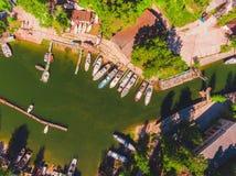 Widok z lotu ptaka łódkowata stacja w lagunie Cumował łodzie i jachty Zdjęcie Royalty Free