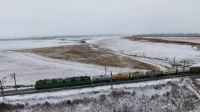 Widok z lotu ptaka ładunków taborowi dostarcza towary, paliwo, petrolium w zimie zbiory