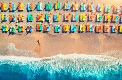 Widok z lotu ptaka łgarska kobieta na plaży z kolorowymi holami Zdjęcie Royalty Free