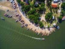 Widok z lotu ptaka łodzie i wioska rybacka w Pranburi, Tajlandia obraz stock