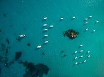 Widok z lotu ptaka łodzie w prześwietnej zatoczce Obrazy Stock