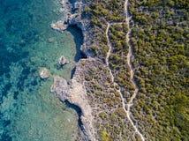 Widok z lotu ptaka ścieżka customs oficery, roślinność i Śródziemnomorski krzak, Corsica, Francja Sentier Du Douanier fotografia stock