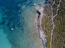 Widok z lotu ptaka ścieżka customs oficery, roślinność i Śródziemnomorski krzak, Corsica, Francja Sentier Du Douanier obrazy royalty free