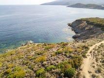 Widok z lotu ptaka ścieżka customs oficery, roślinność i Śródziemnomorski krzak, Corsica, Francja Sentier Du Douanier zdjęcie stock