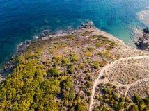 Widok z lotu ptaka ścieżka customs oficery, roślinność i Śródziemnomorski krzak, Corsica, Francja Sentier Du Douanier zdjęcia stock