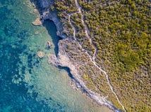 Widok z lotu ptaka ścieżka customs oficery, roślinność i Śródziemnomorski krzak, Corsica, Francja Sentier Du Douanier obraz royalty free