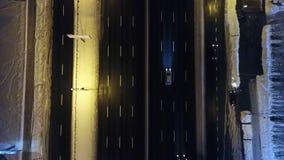 Widok z lotu ptaka śnieżysta droga z samochodami w zimie przy nocą zbiory