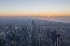 Widok z lotu ptaka śródmieście w Dubaj z niebieskim niebem zdjęcia stock