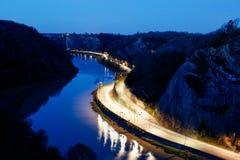 Widok z lotu ptaka światła ruchu wlec na drodze iść przy rzeka przy nocą Fotografia Stock