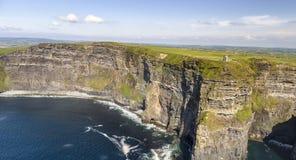 Widok z lotu ptaka światowe sławne falezy moher w okręgu administracyjnym Clare obraz stock