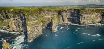 Widok z lotu ptaka światowe sławne falezy moher w okręgu administracyjnym Clare obrazy royalty free