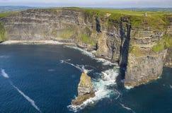 Widok z lotu ptaka światowe sławne falezy moher w okręgu administracyjnym Clare zdjęcia royalty free