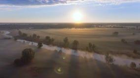 Widok z lotu ptaka świt nad polem w mgle zbiory wideo