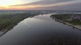 Widok z lotu ptaka świt nad rzeką w mgle zdjęcie wideo