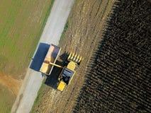 Widok z lotu ptaka żniwiarz rozładowywa kukurudzy w przyczepę Obraz Royalty Free