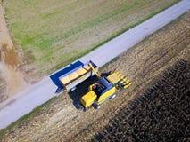 Widok z lotu ptaka żniwiarz rozładowywa kukurudzy w przyczepę Obraz Stock