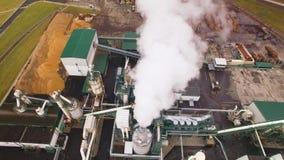 widok z lotu ptaka Życzliwa woodworking fabryka Dymu komes z kominu, tubka Emisja atmosfera od przemysłowego zbiory wideo