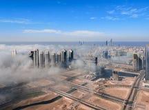 Widok z lotu ptaka Abu Dhabi miasta linia horyzontu, s?awny g?ruje i drapacz chmur otaczaj?cy mg?? chmurniej? w ranku obraz royalty free