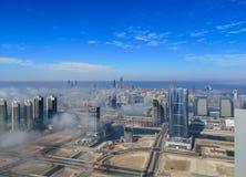 Widok z lotu ptaka Abu Dhabi miasta linia horyzontu, s?awny g?ruje i drapacz chmur otaczaj?cy mg?? chmurniej? w ranku zdjęcie stock