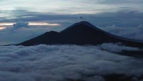 widok z lotu ptaka Aktywny Indonezyjski wulkan Batur w tropikalnej wyspie Bali Indonezja Batur wulkanu wsch?d s?o?ca spok?j zbiory wideo