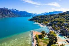 Widok z lotu ptaka Annecy jeziorny nabrzeże - Francja zdjęcia stock