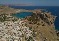 Widok z lotu ptaka antyczny akropol i wioska Lindos Zdjęcia Royalty Free