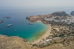 Widok z lotu ptaka antyczny akropol i wioska Lindos Obrazy Stock