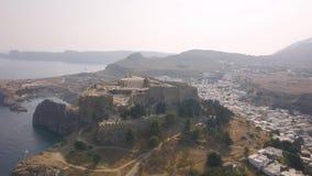 Widok z lotu ptaka antyczny akropol i wioska Lindos zdjęcie wideo