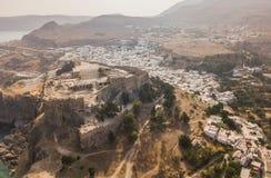 Widok z lotu ptaka antyczny akropol i wioska Lindos Obraz Stock