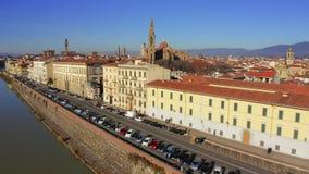 Widok z lotu ptaka Arno rzeczny bulwar w kierunku Florencja katedry Santa Maria Del Fiore lub Cattedrale di Włochy zdjęcie wideo