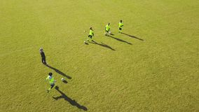 Widok z lotu ptaka atlety bawić się futbol w szkoleniu Plenerowy szkolenie zbiory