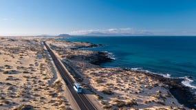 Widok z lotu ptaka autobus w pustyni Zdjęcia Stock